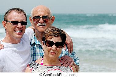 vuxen, son, med, hans, föräldrar, vandrande, stranden