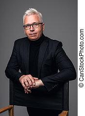 während, fotoapperat, formalwear, alt, schauen, businessman., hintergrund, freigestellt, sicher, mann, graue , stehende