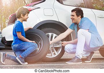 wóz, ojciec, syn, wymiana, koła, szczęśliwy