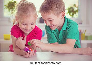 würfelt, spielende , glücklich, zwei kinder