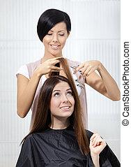 włosiany stylista, skaleczenia, włosy, od, kobieta, w, salon...