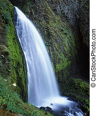 Wahkenna Falls - A waterfall along the Columbia River Gorge ...