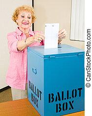 wahl, -, ältere frau, wirft, stimmzettel