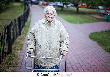 walker, oude vrouw, aantrekkelijk, buitenshuis