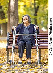 walker, oude vrouw, buitenshuis
