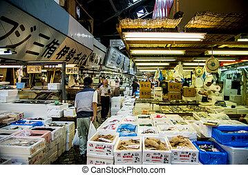 Walking in Tsukiji fish market Japan2