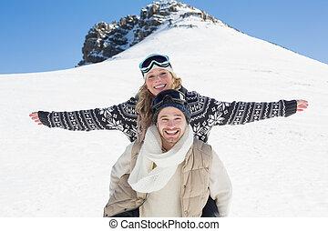 wan, mujer, nieve, contra, alegre, piggybacking, colina, cubierto