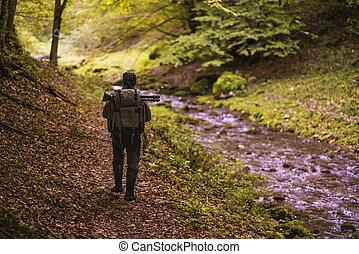 wandelaar, met, schooltas, op, een, spoor, in, de, berg, bos