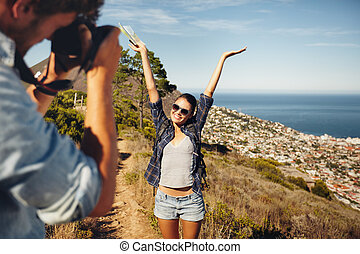 wandelende, afbeeldingen, boeiend, jonge, terwijl, paar, vrolijke
