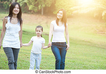 wandelende, aziatische familie, buitenshuis