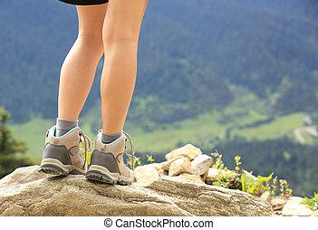 wandelende, benen, op, de piek van de berg