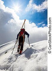 wandelende, bergbeklimmer, besneeuwd, ski, op, s, kam, langs, steil
