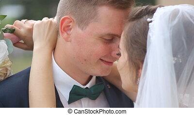 wandelende, bruidegom, vrolijke , bruid, park.