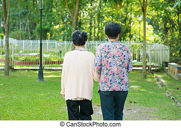 wandelende, buiten, oud, 60, moeder, park., aziaat, holdingshanden, 80, dochter, senior, achterk bezichtiging