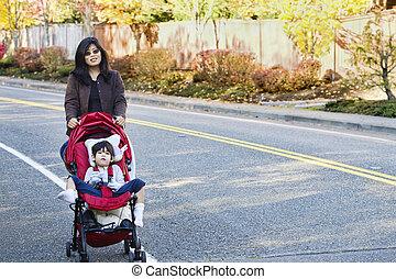 wandelende, haar, moeder, zoon, invalide, buitenshuis, wandelaar