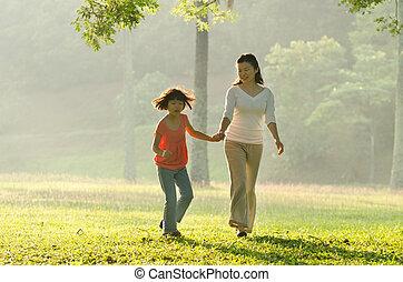 wandelende, haar, park, hand, dochter, aziaat, vasthouden, moeder