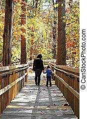 wandelende, moeder, jong kind