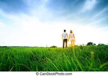 wandelende, paar, akker, door, holdingshanden