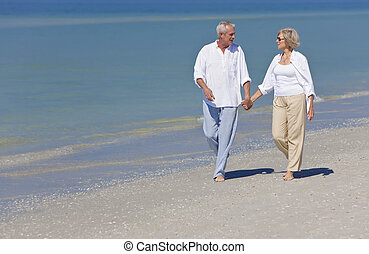 wandelende, paar handen vast te houden, senior, strand, vrolijke