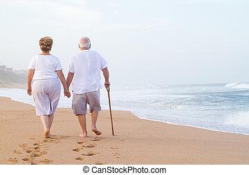wandelende, paar handen vast te houden