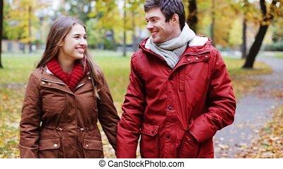 wandelende, paar, park, jonge, herfst, vrolijke