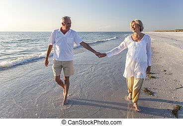wandelende, paar, tropische , holdingshanden, senior, strand, vrolijke