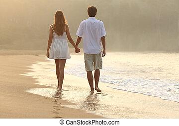 wandelende, paar, zand, holdingshanden, strand