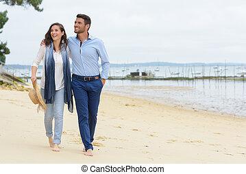 wandelende, paar, zee oever, langs