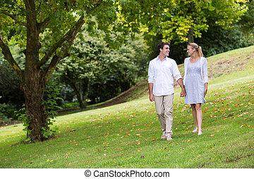 wandelende, park, paar, jonge