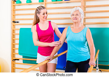 wandelende, rehab, in, met, oude vrouw