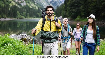 wandelende, rugzakken, samen, vrienden, vrolijke , groep