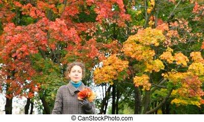wandelende, vrouw, bladeren, park, jonge, hand, herfst, fototoestel, rood