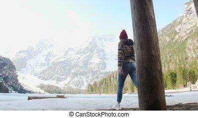 wandelende, vrouw, di, braies, jonge, kust, hut, lago, mooi,...