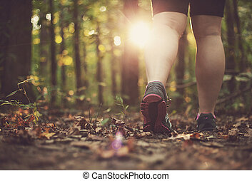 wandelende, vrouw, door, bos