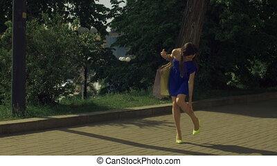 wandelende, vrouw, haar, strengeling, elegant, terwijl,...