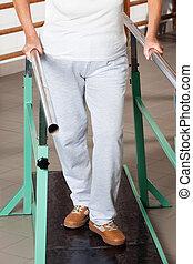 wandelende, vrouw, helpen, gedeelte, staaf, laag, steun