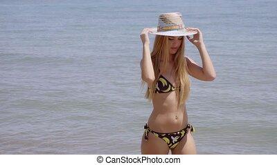 wandelende, vrouw, onbezorgd, jonge, het glimlachen, strand
