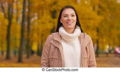 wandelende, vrouw, park, jonge, herfst, vrolijke