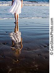 wandelende, vrouw, strand