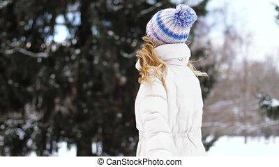 wandelende, vrouw, winter, parkeer bos, of, vrolijke
