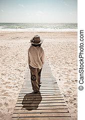 wandelende, vrouw, zee, promenade, naar