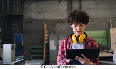 wandelende, werkende , tablet, workshop, scherm, timmerman,...