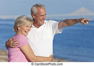 wandelende, wijzende, paar, senior, strand, vrolijke