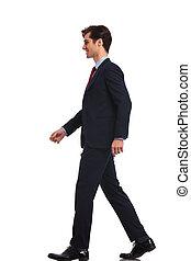 wandelende, zakelijk, jonge man, zijaanzicht