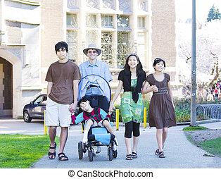 wandelende, zijn, cerebraal, wheelchair, biracial, vader, zoon, invalide, palsy., outdoors., heeft, kinderen