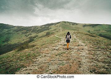 wanderer, frau, einsteigen, der, berg