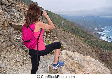 wanderer, frau, oben, der, berg, sehen fernglas