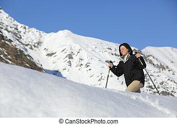wanderer, frau, trecken, auf, der, schnee, in, a, schneereicher berg