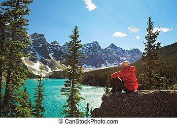 wanderer, genießen, der, ansicht, von, moräne see, in, banff nationalpark