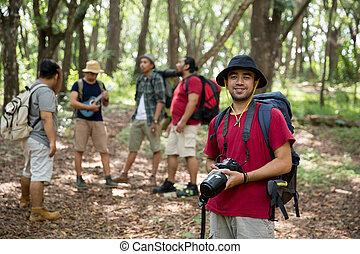 wanderer, mit, rucksack, halten kamera